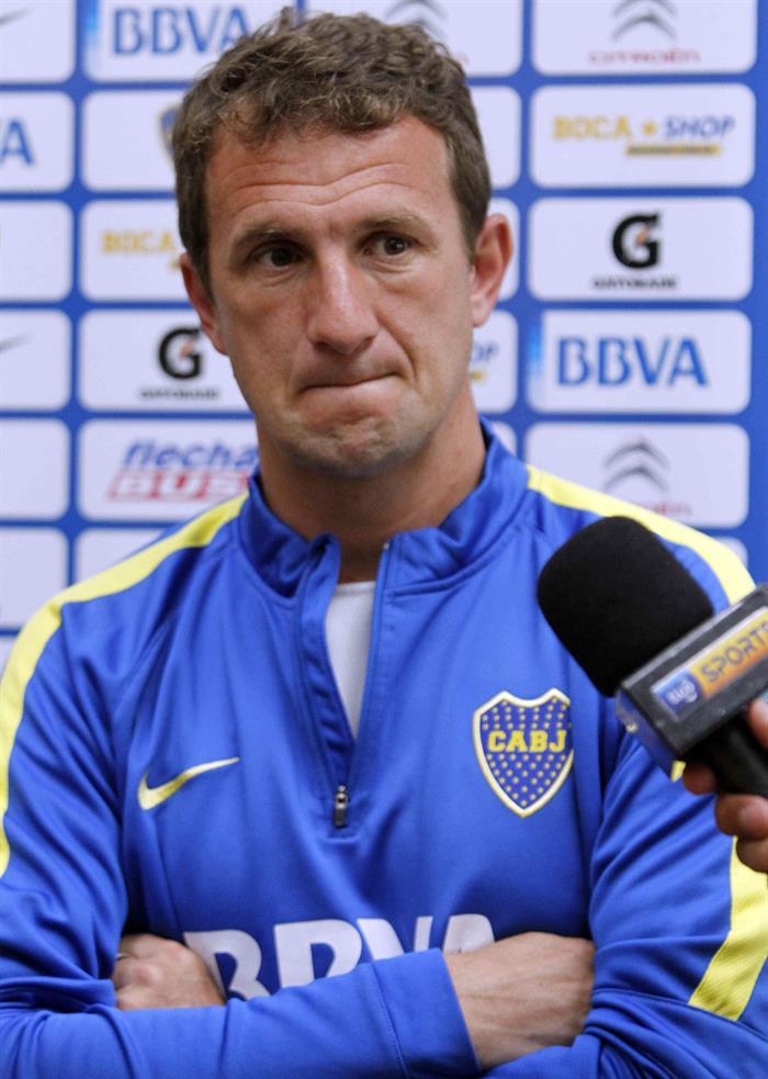 El director técnico del Boca Juniors, Rodolfo Martín Arruabarrena, habla durante una rueda de prensa a su llegada a Asunción. Foto: EFE