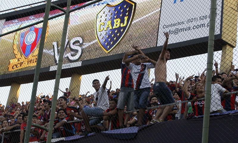 Hinchas del Cerro Porteño de Paraguay alientan a sus jugadores antes de enfrentar al Boca Juniors de Argentina. Foto: EFE
