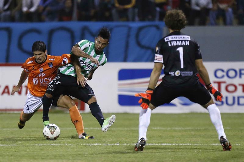 Edwin Cardona (c) del Atlético Nacional de Colombia disputa el balón con Emiliano José Ciucci (i) de César Vallejo de Perú. Foto: EFE
