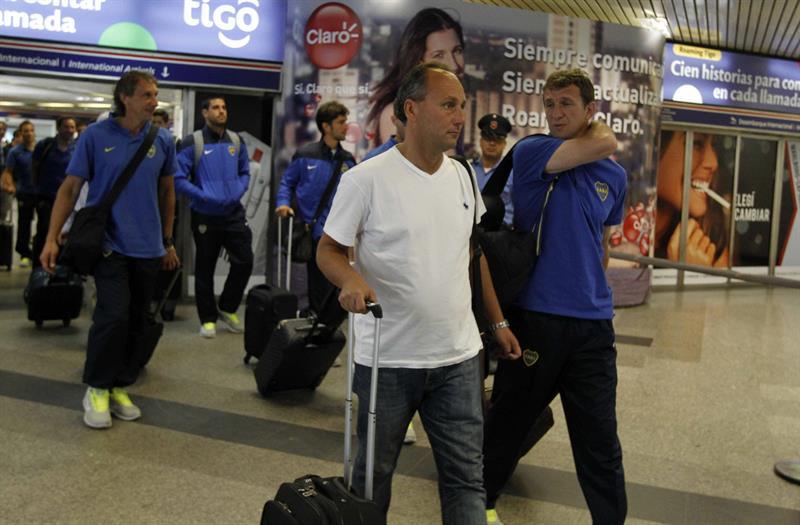 Un grupo de jugadores del equipo argentino Boca Juniors llega a Asunción (Paraguay). Foto: EFE