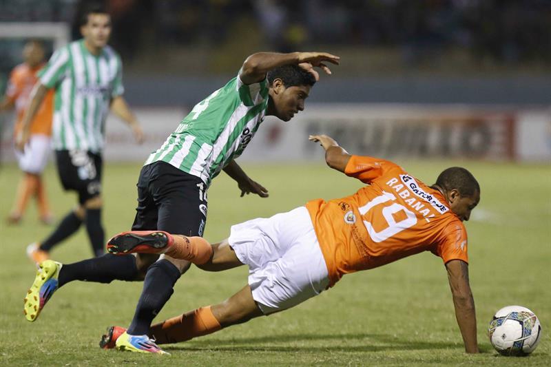 Luis Carlos Ruiz (i) del Atlético Nacional de Colombia disputa el balón con Jesús Rabanal (d) del César Vallejo de Perú. Foto: EFE