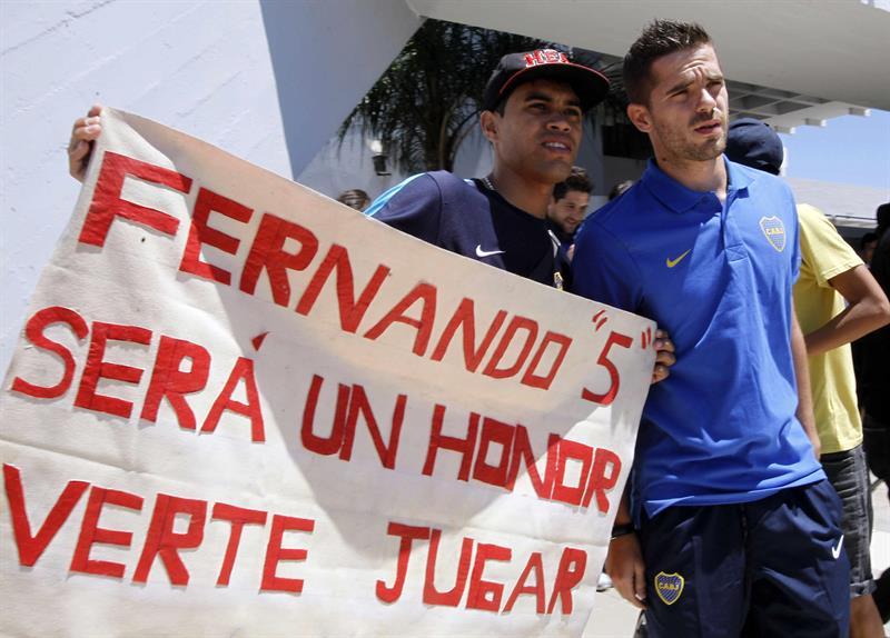 El jugador del equipo argentino Boca Juniors Fernando Gago (d) posa con un hincha a su llegada a Asunción (Paraguay). Foto: EFE