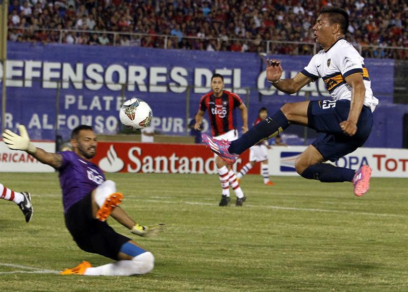El jugador de Boca Juniors Andrés Eliseo Chávez (d) trata de anotar ante el portero de Cerro Porteño Diego Barreto (i). Foto: EFE