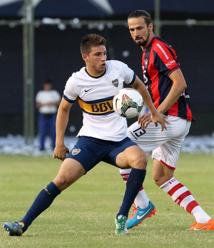El jugador del Cerro Porteño Víctor Hugo Mareco (d) pelea el balón con Jonathan Calleri (i) del Boca Juniors. Foto: EFE