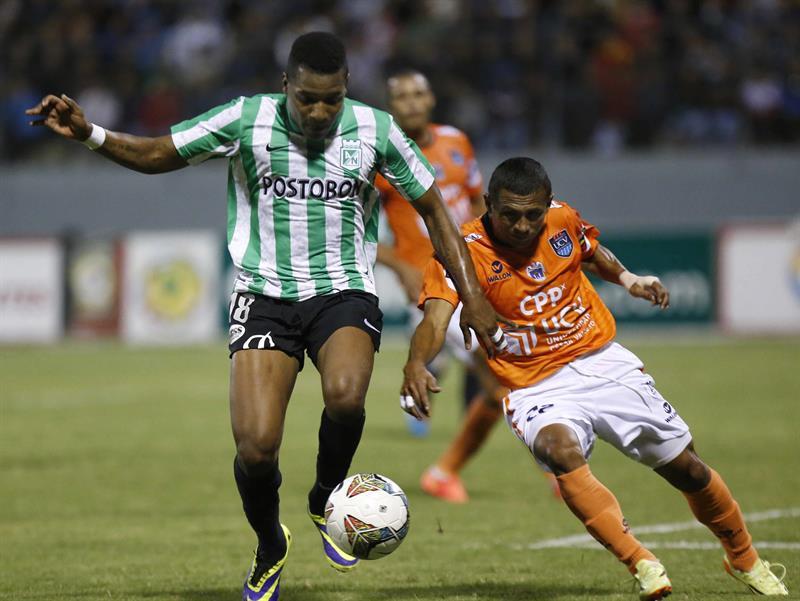 Wilder Guisao (i) del Atlético Nacional de Colombia disputa el balón con William Chiroque (d) del César Vallejo de Perú. Foto: EFE