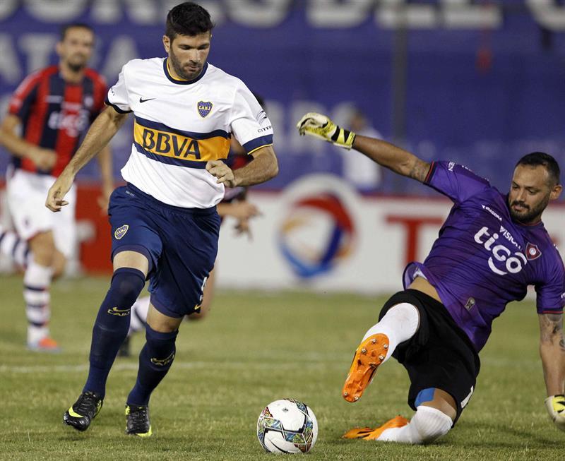 El jugador de Boca Juniors Emanuel Gigliotti anota un gol ante el portero de Cerro Porteño Diego Barreto. Foto: EFE
