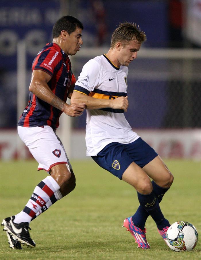 El jugador de Cerro Porteño Carlos Bonet (i) marca a Nicolás Carlos Colazo (d), del Boca Juniors. Foto: EFE