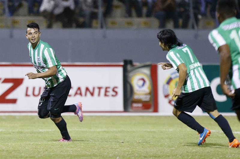 Edwin Cardona (i) del Atlético Nacional de Colombia celebra un gol ante César Vallejo de Perú. Foto: EFE