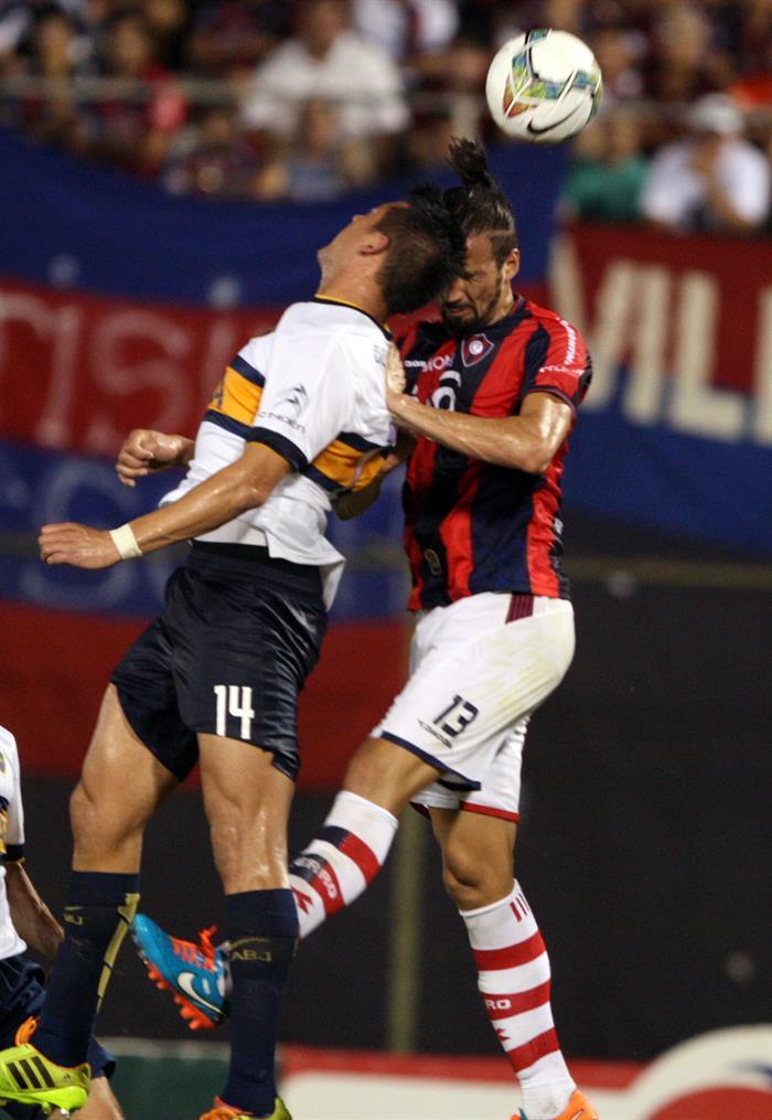 El jugador de Cerro Porteño Víctor Hugo Mareco (d) disputa el balón con Claudio Daniel Pérez (i), del Boca Juniors. Foto: EFE