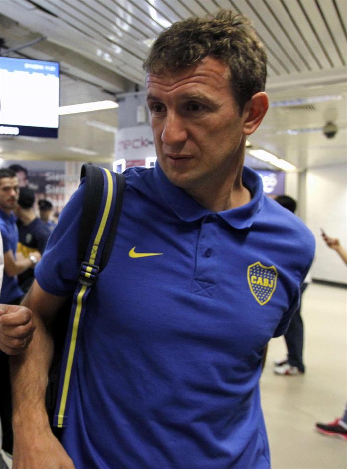 El director técnico del equipo argentino Boca Juniors, Rodolfo Martín Arruabarrena, llega a Asunción. Foto: EFE