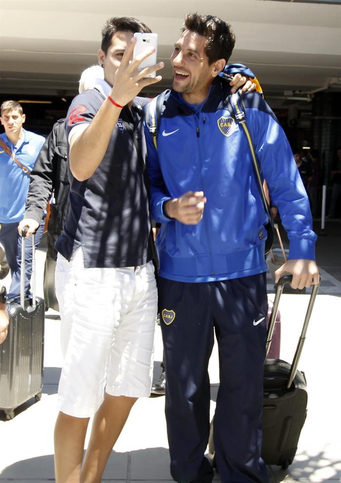 El jugador del equipo argentino Boca Juniors Agustín Ignacio Orión (d) posa con un hincha a su llegada a Asunción. Foto: EFE