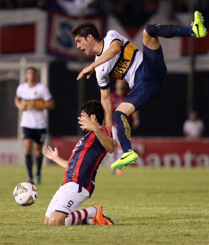 El jugador de Cerro Porteño José Ortigosa (i) disputa el balón con Juan Daniel Forlín (d), del Boca Juniors. Foto: EFE