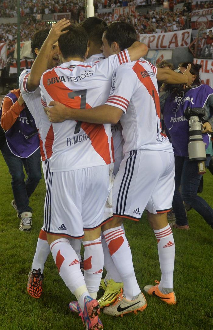 Jugadores de River Plate celebran tras anotar un gol ante Estudiantes de La Plata. Foto: EFE