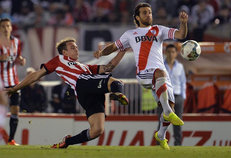Leonardo Ponzio (d) de River Plate disputa el balón con Gastón Gil Romero (i) de Estudiantes de La Plata. Foto: EFE