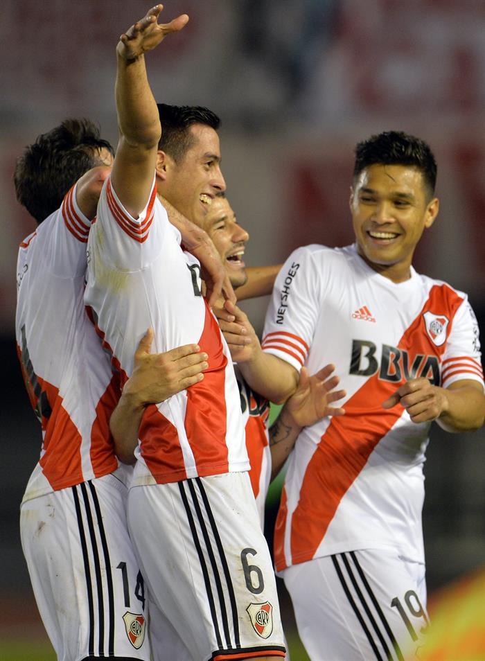 Ramiro Funes Mori (c) de River Plate celebra tras anotar un gol ante Estudiantes de La Plata. Foto: EFE
