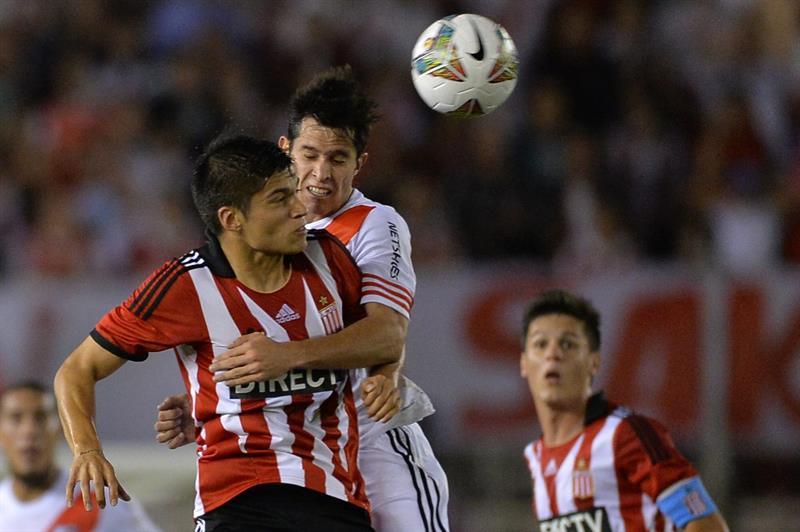 Augusto Solari (d) de River Plate disputa el balón con Joaquín Correa (i) de Estudiantes de La Plata. Foto: EFE