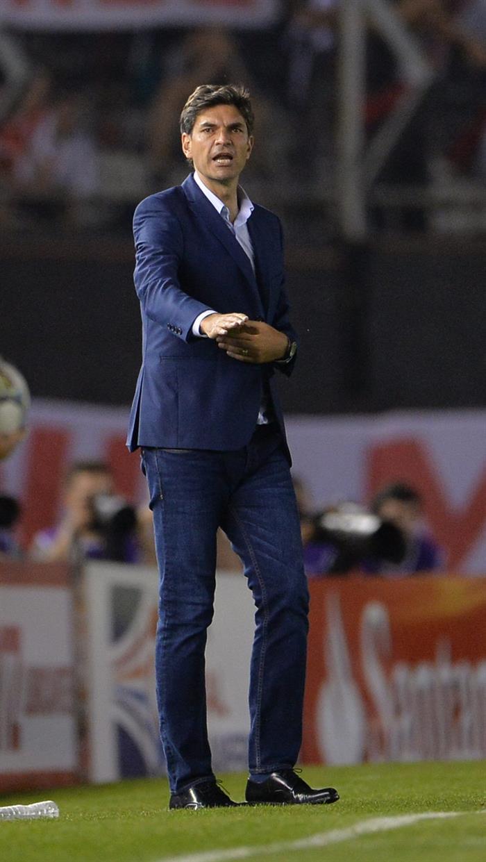 El entrenador de Estudiantes de La Plata, Mauricio Pellegrino, reacciona ante River Plate. Foto: EFE