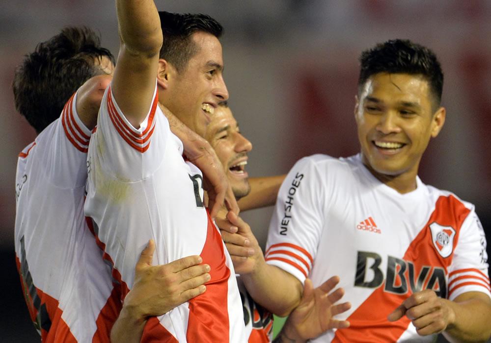 El colombiano Teo Gutiérrez celebra junto a sus compañeros la clasificación a las semifinales de la Copa Sudamericana. Foto: EFE