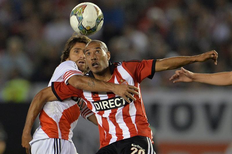 Leonardo Ponzio (i) de River Plate disputa el balón con Diego Vera (d) de Estudiantes de La Plata. Foto: EFE