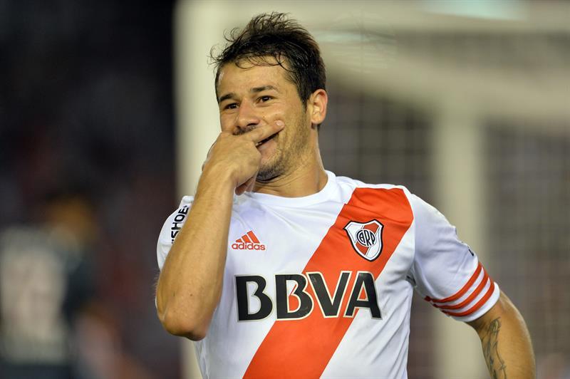 Rodrigo Mora de River Plate celebra tras anotar un gol ante Estudiantes de La Plata. Foto: EFE