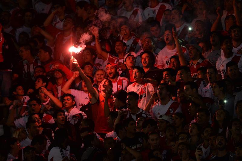 Seguidores de River Plate animan a su equipo ante Estudiantes de La Plata. Foto: EFE