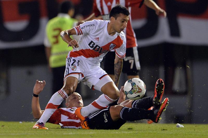 Leonel Vangioni (arriba) de River Plate disputa el balón con Matías Aguirregaray de Estudiantes de La Plata. Foto: EFE