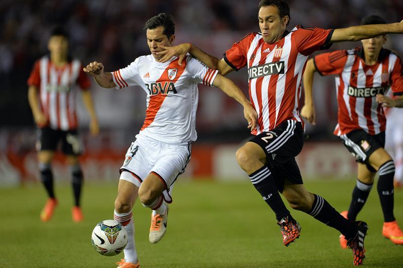 Agusto Solari (i) de River Plate disputa el balón con Leandro Desabato (d) de Estudiantes de La Plata. Foto: EFE