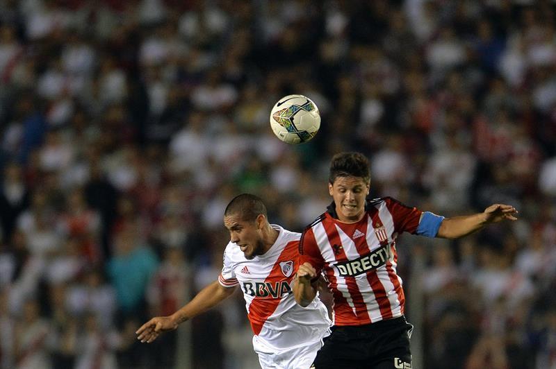 Jonathan Maidanai (i) de River Plate disputa el balón con Guido Carrillo (d) de Estudiantes de La Plata. Foto: EFE