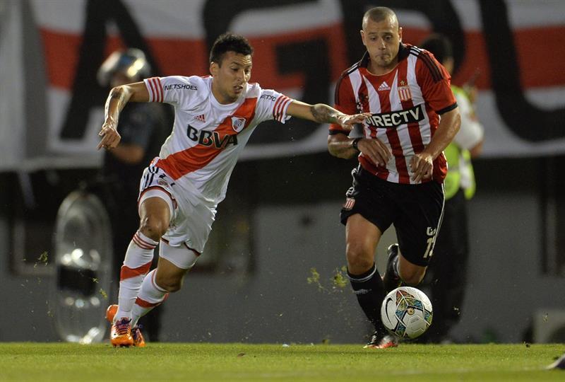 Leonel Vangioni (I) de River Plate disputa el balón con Matias Aguirregaray (d) de Estudiantes de La Plata. Foto: EFE