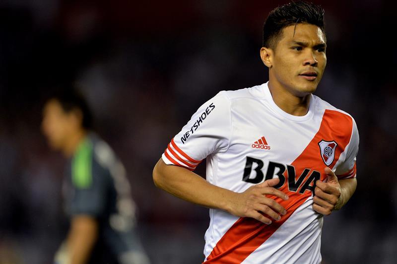 El Colombiano Teófilo Gutiérrez de River Plate celebra tras anotar un gol ante Estudiantes de La Plata. Foto: EFE