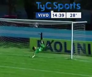 La jugada más asombrosa en el ascenso argentino hace recordar a René Higuita