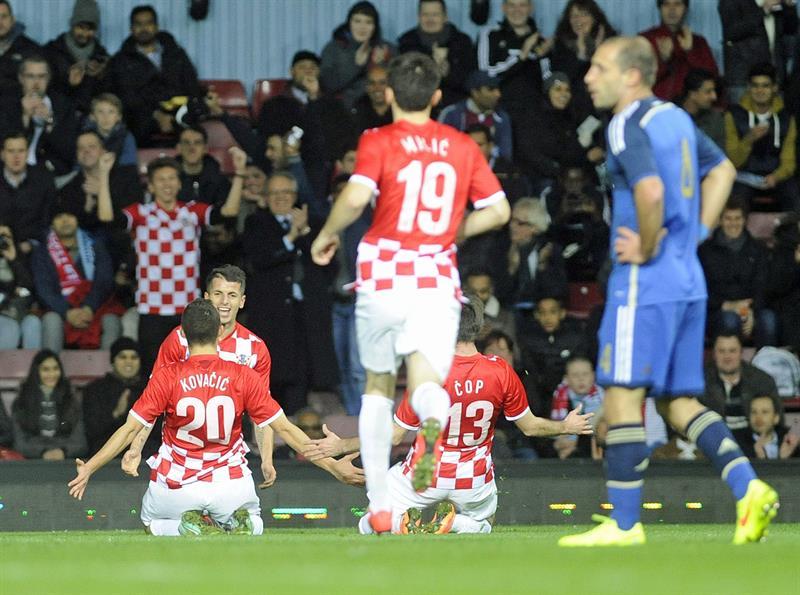 El jugador de la selección de Croacia Anas Sharbini (2i) celebra un gol con sus compañeros ante Argentina. EFE
