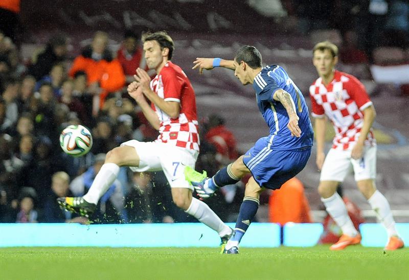 El jugador de la selección de Argentina, Angel di Maria (C), dispara el balón ante Croacia. EFE