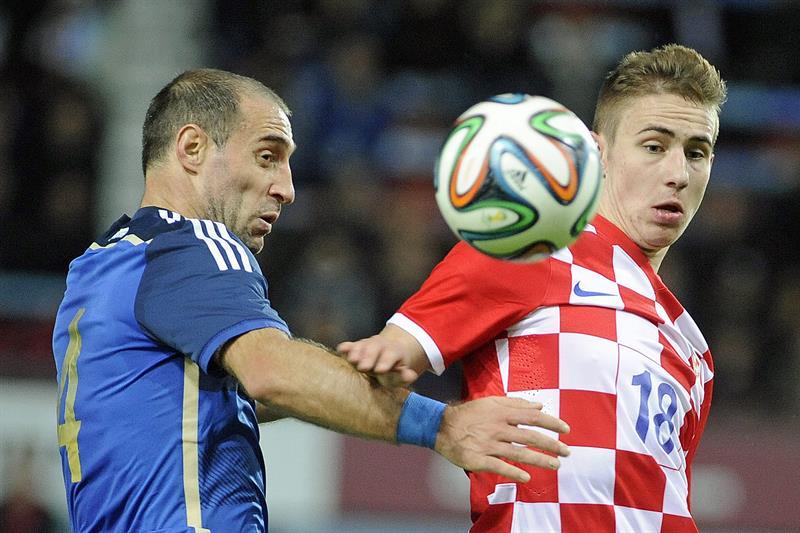 El jugador Pablo Zabaleta de Argentina en acción ante Marko Rog (d) de Croacia durante un partido amistoso. EFE