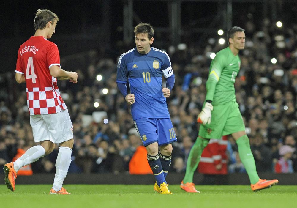 El jugador Lionel Messi (c) de Argentina celebra tras anotar el segundo gol durante un partido amistoso frente a Croacia. Foto: EFE