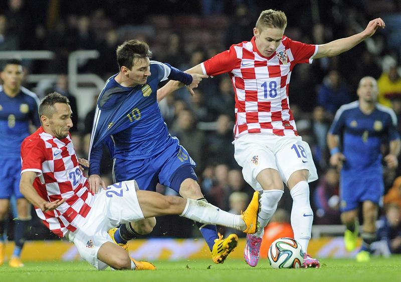El jugador Lionel Messi de Argentina en acción ante Marin Leovac (i) de Croacia durante un partido amistoso. EFE