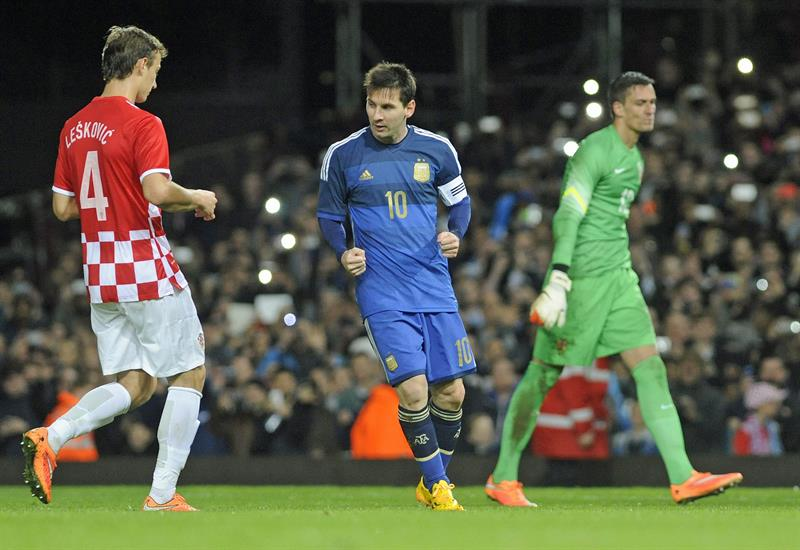 El jugador Lionel Messi (c) de Argentina celebra tras anotar el segundo gol durante un partido amistoso. EFE