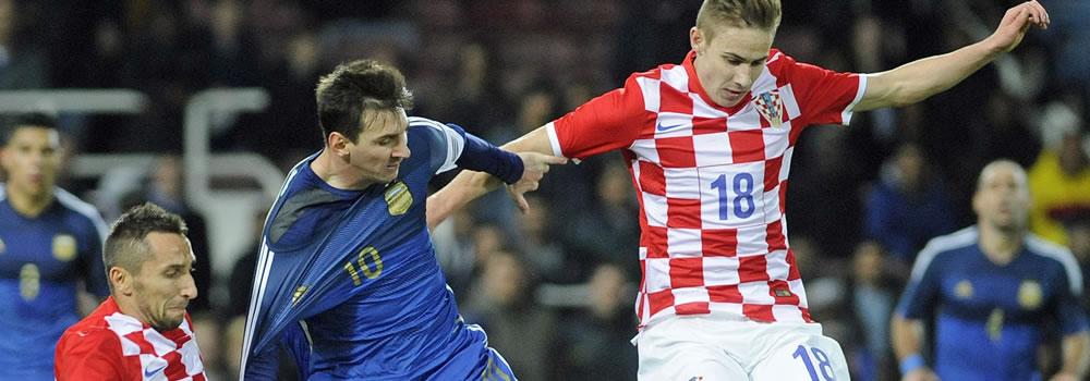 El jugador Lionel Messi (c) de Argentina en acción ante Marin Leovac (i) de Croacia durante un partido amistoso. Foto: EFE