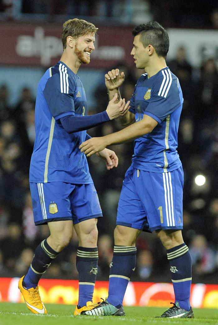 El jugador Christian Ansaldi (i) de Argentina celebra con Sergio Aguero tras anotar un gol durante un partido amistoso. EFE