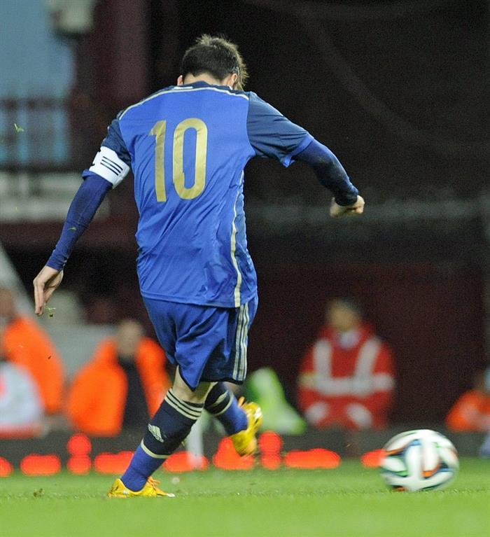 El jugador Lionel Messi de Argentina realiza el segundo gol durante un partido amistoso frente a Croacia. EFE