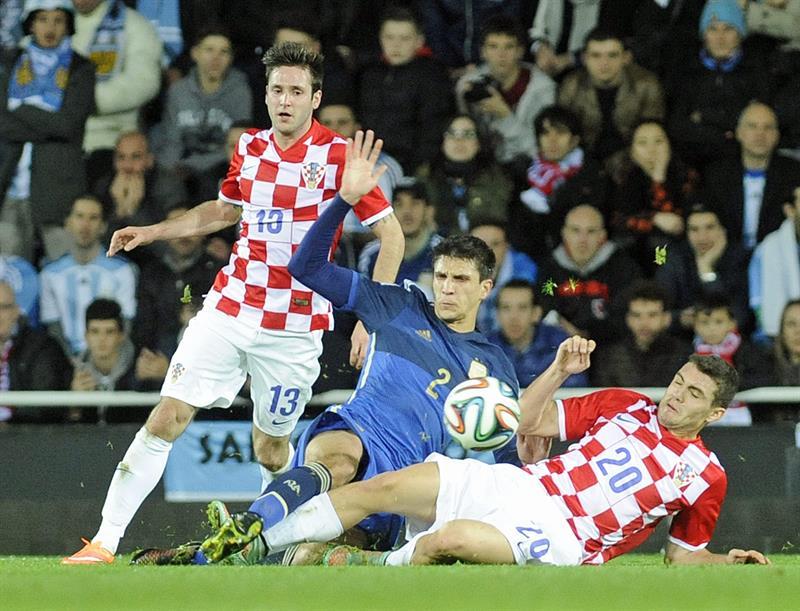 El jugador de la selección de Argentina Santiago Vergini (C) disputa el balón ante Mateo Kovaic (d) de Croacia. EFE