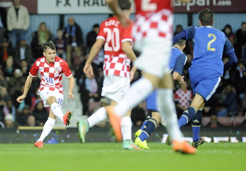 El jugador de la selección de Croacia Anas Sharbini (i) anota un gol ante Argentina. EFE