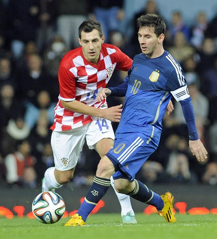 El jugador Lionel Messi (d) de Argentina en acción ante Mato Jajalo (i) de Croacia durante un partido amistoso. EFE