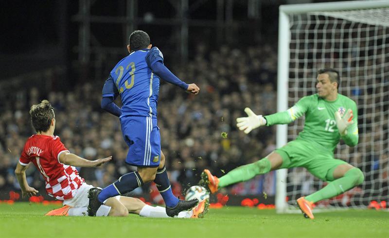 El jugador Carlos Tevez (c) de Argentina en acción durante un partido amistoso contra Croacia. EFE