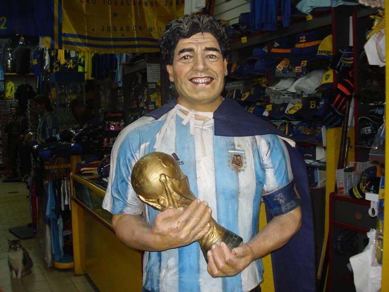 Tienda aledaña con una estatua de Diego Armando Maradona. Foto: Colombia.com.
