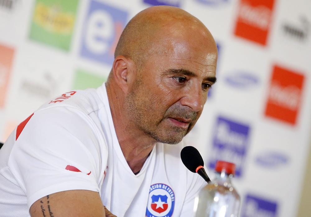 El DT de la selección chilena de fútbol, el argentino Jorge Sampaoli, habla en una rueda de prensa. Foto: EFE