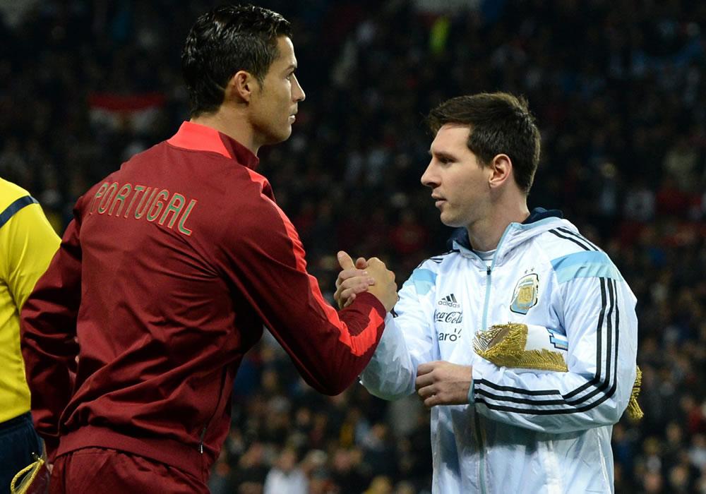 El jugador de Argentina Lionel Messi (d) estrecha la mano de Cristiano Ronaldo (i) de Portugal. Foto: EFE