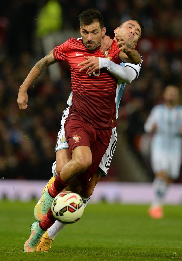El jugador de Portugal Danny (i) disputa un balón con Nicolas Otamendi (d) Argentina. Foto: EFE