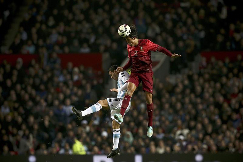 El jugador de Portugal Bruno Alves (d) disputa el balón con Carlos Tevez de Argentina. Foto: EFE