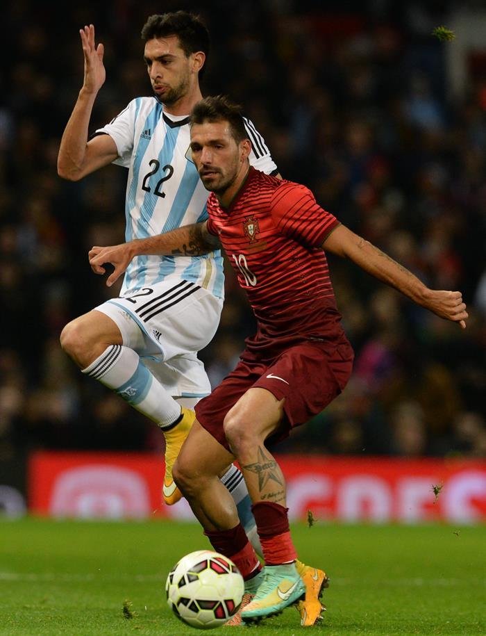 El jugador de Argentina Javier Pastore (i) disputa el balón con Danny (d) de Portugal. Foto: EFE
